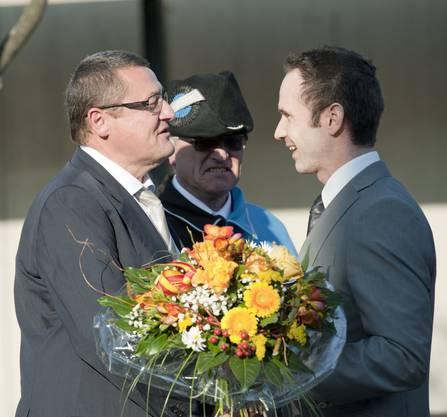 Gemeindeammann Patrick Gosteli, rechts, gratuliert.