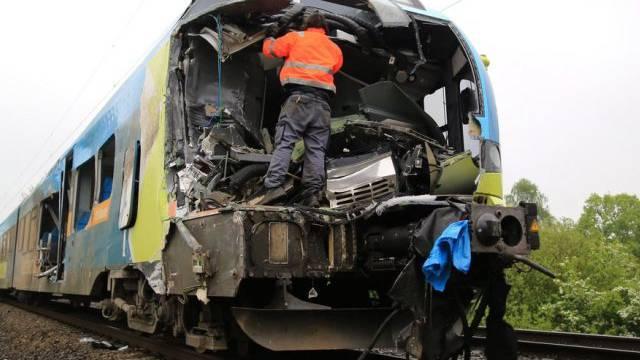 Die bei der Kollision stark beschädigte Führerkabine des Zuges