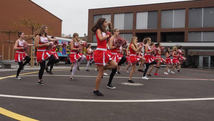 Die Cheerleaderinnen der Oberstufe begeisterten mit ihren Tänzen