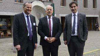 Volkswirtschaftsminister Johann Schneider-Ammann wurde am Morgen von Ernst Hauri, Direktor des Bundesamtes für Wohnungswesen (links) und Stadtpräsident François Scheidegger (rechts) empfangen.