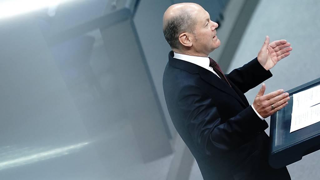 Olaf Scholz (SPD), Bundesminister der Finanzen, spricht im Bundestag zu Beginn der Haushaltswoche zu den Abgeordneten. Scholz stellt vor dem Bundestag den Gesetzentwurf der Bundesregierung für das Haushaltsgesetz 2021 vor. Foto: Kay Nietfeld/dpa