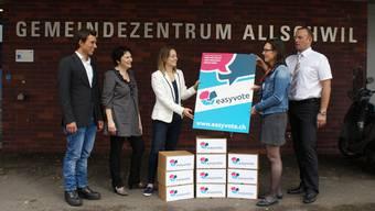 Im vergangenen Spätsommer überreichten Easyvote-Vertreter die ersten Unterlagen an die Gemeinde Allschwil.