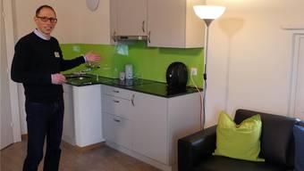 Ingo Hauser, Leiter Geschäftsbereich Wohnen bei Murimoos werken und wohnen, zeigt die Wohnküche im Frauenstockwerk. (Archiv)