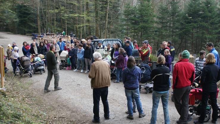 Förster Urs Wunderlin informiert und instruiert die Teilnehmer.