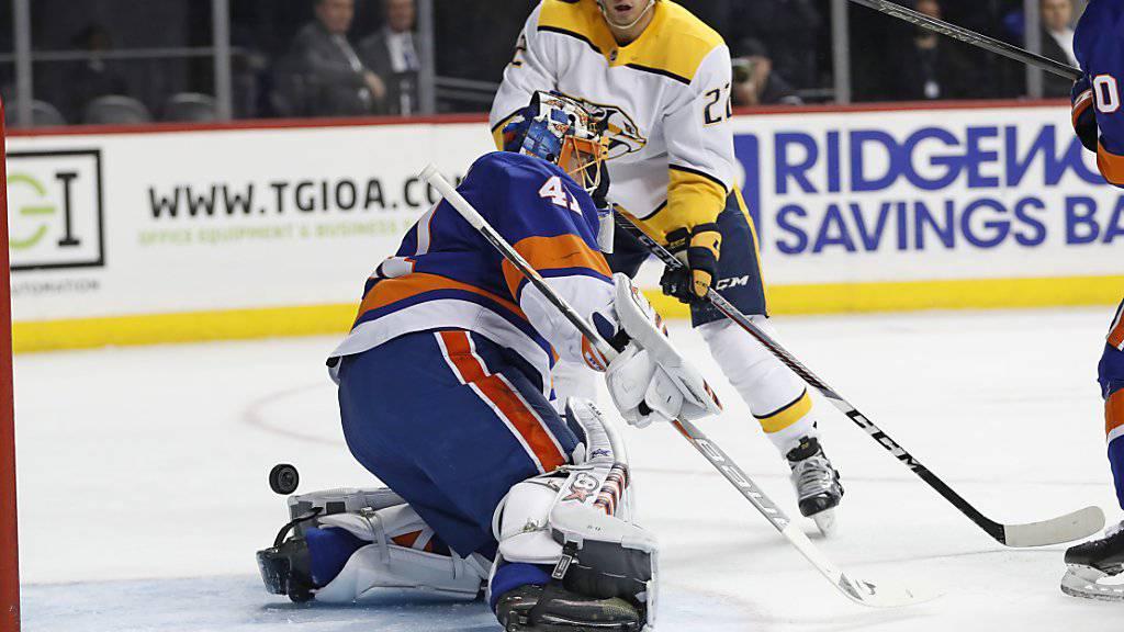 Kevin Fiala bezwingt Torhüter Jaroslav Halak von den New York Islanders ein erstes Mal