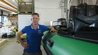 So düst es schneller über das Wasser: Patrick Roth mit einem Boot, das er mit einem Motor ausgerüstet hat.
