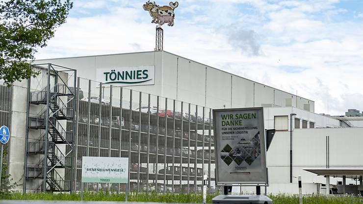 ARCHIV - Außenansicht des Firmengeländes vom Fleischwerk Tönnies in Rheda-Wiedenbrück. Beim Schlachtereibetrieb Tönnies in Rheda-Wiedenbrück sind seit Anfang der Woche 400 Mitarbeiter positiv auf das Coronavirus getestet worden. Foto: David Inderlied/dpa