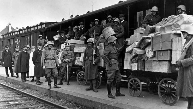 Poststücke am Bahnhof Bern mussten während des Landesstreiks von der Armee bewacht und eskortiert werden.