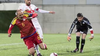 Ildefons Lima (hier gegen Haris Seferovic) schoss beim ersten Länderspiel-Sieg Andorras seit 2004 ein Tor