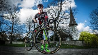 Die Szenerie passt: Marc Hirschi posiert auf den Pflastersteinen vor der Kirche in Bolligen, wenige Tage vor dem Rad-Klassiker Paris–Roubaix. chris iseli