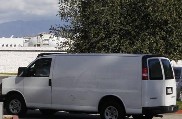 In einem weissen Transporter wird der Leichnam von Whitney Houston zum Flughafen von Los Angeles gefahren