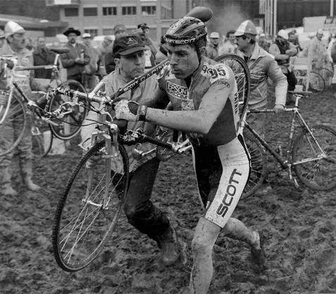 1995: Dieter Runkel in Eschenbach auf dem Weg zum Weltmeister-Titel, betreut von Walter Widmer, Vater des Inlineskaters Severin.