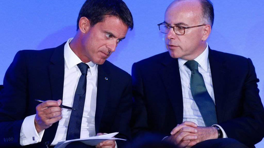 Manuel Valls (links) und Bernard Cazeneuve am Montag an einer Medienkonferenz in Calais.