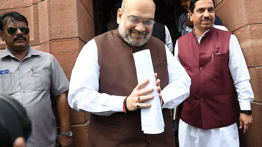 Der indische Innenminister Amit Shah bei der Ankunft im Parlament in Neu Delhi - dort verkündet er später die Aufhebung des Sonderstatus' für die Region Kaschmir.