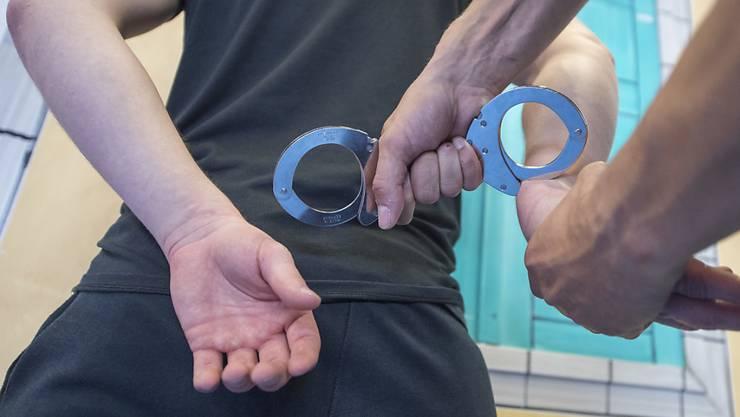 Der 18-Jährige, der die beiden toten Jugendlichen in Zollikerberg ZH gefunden hat, muss in Untersuchungshaft. (Symbolbild)