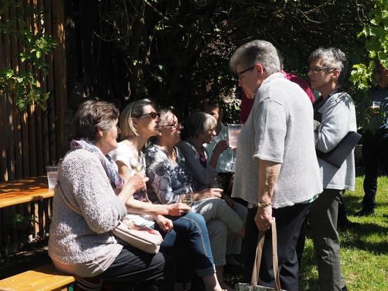 Bei der Einweihung des Dorfmuseums genossen die Gäste den lauschigen Garten des Taunerhauses