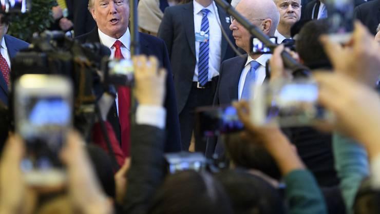 Will das Wirtschaftswachstum auf drei Prozent hochtreiben: US-Präsident Donald Trump, hier vor den Medien am WEF in Davos.