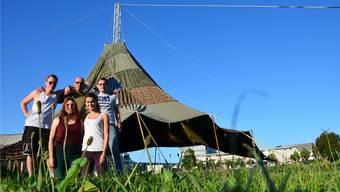Jungwacht Blauring Windisch stellen zum Jubiläum ein Zelt auf