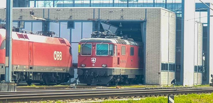 Wieso die Lokomotive ins Tor gefahren ist, wird nun von den Behörden abgeklärt.