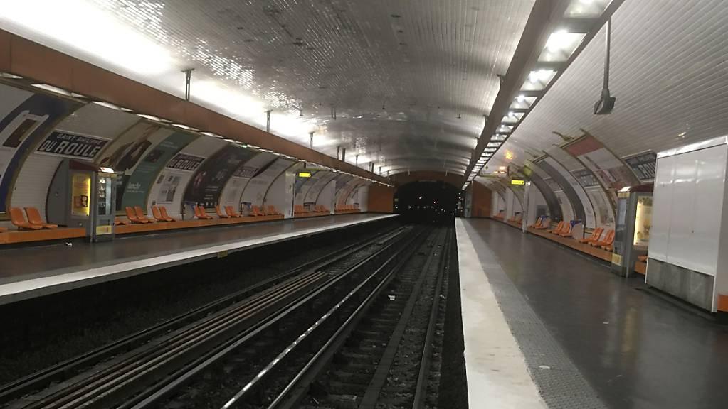 Ein Streik hat einen Grossteil der Pariser Metro lahmgelegt. (AP Photo/Bertrand Combaldieu)