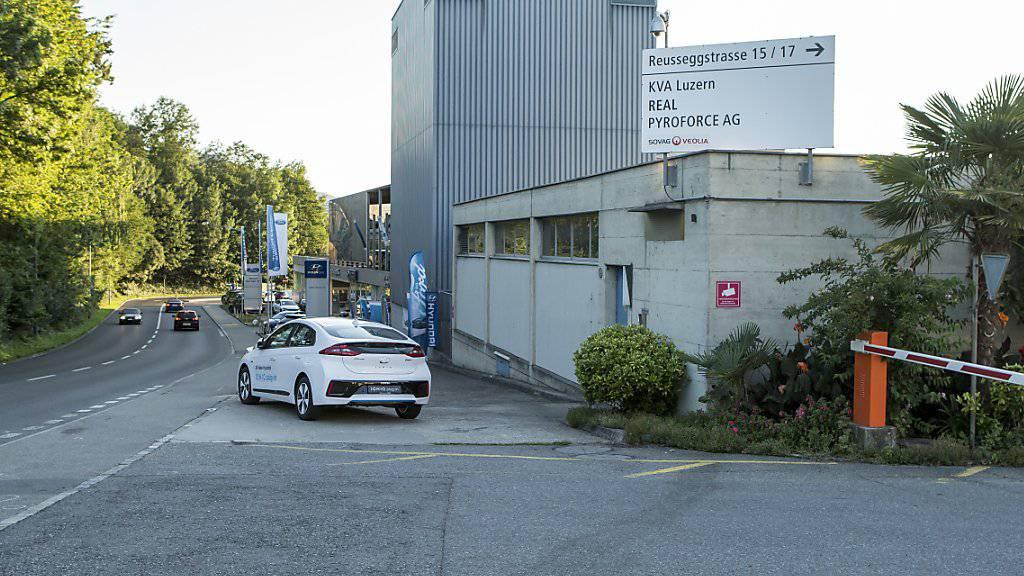 Die Stelle, an der am frühen Sonntagmorgen am Rande der Stadt Luzern ein Auto in eine Gruppe von drei Männern gefahren ist. Der mutmassliche Lenker befindet sich in Untersuchungshaft.