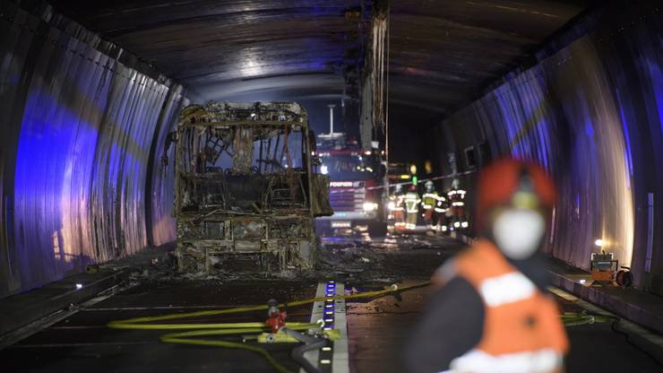 Der zerstörte Bus im San-Bernardino-Tunnel.