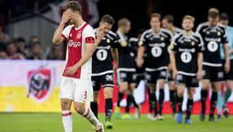Ajax-Spieler Joel Veltman hält sich die Hände vors Gesicht - hinten die Spieler von Rosenborg Trondheim