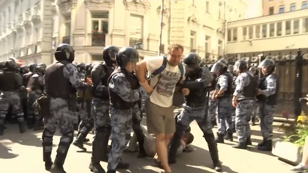 Russische Polizei geht hart gegen Demonstranten vor