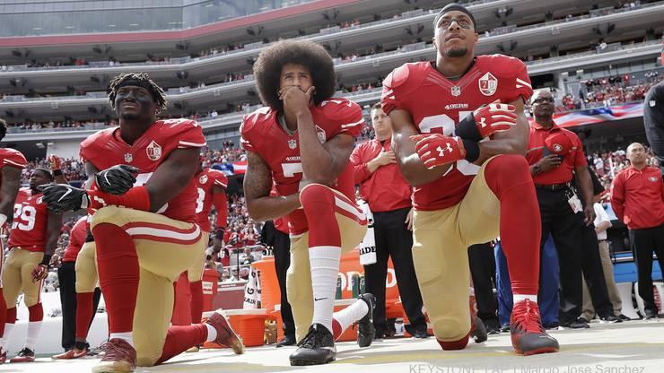 Mit gebeugtem Knie während der Hymne protestiert er gegen Polizeigewalt und Rassen-Ungleichheit