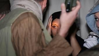 Die Angst steht den Teilnehmerinnen der Flüchtlings-Simulation im Gesicht geschrieben. Crossroads Foundation