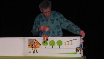 Ein Buch in Überlänge: Michael Huber trägt die Geschichte vom Joggeli, der dann doch keine Birnen schüttelt, vor.  Wagner