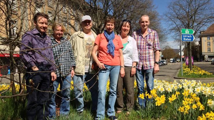 Auf dem Wettsteinallee-Kreisel hat Ökostadt Basel, Präsidentin ist Katja Hugenschmidt (2.v.r.), Osterglocken gepflanzt.