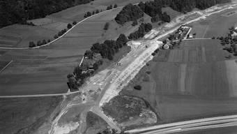 In Boningen wird das abfallende Gelände mit Aufschüttungen für den Bau des Trassees der Autobahn vorbereitet.