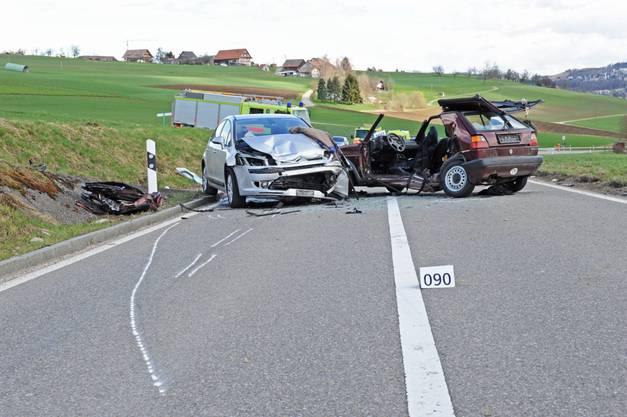 Nach dem die Feuerwehr das Auto Aufgeschnitten hatte, konnte Sie den Verunfallten bergen