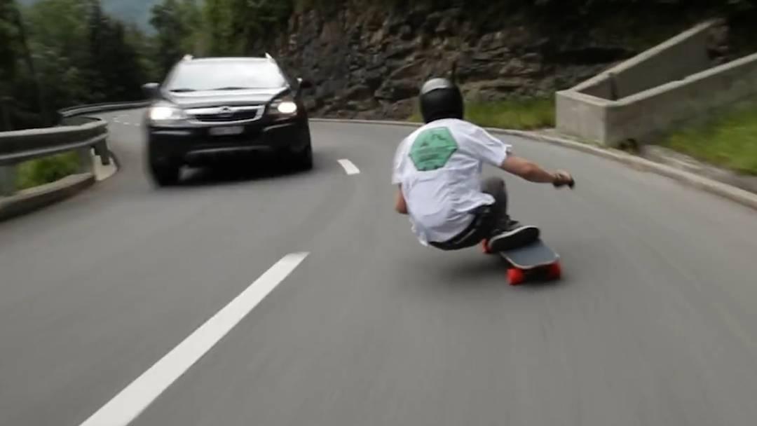 Gefährliche Skater-Aktion: Mit 112 km/h den Berg hinunter