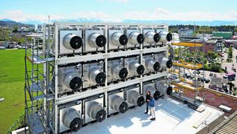 Das Wunderding: Diese Anlage auf dem Dach der Kehrichtverbrennungsanlage in Hinwil filtert seit gestern CO2 aus der Luft.