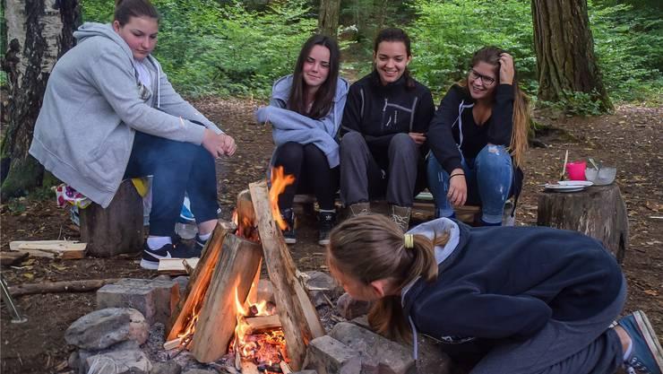Nach drei Tagen im Wald ist Feuermachen für die Schüler der Kreisschule Mutschellen ein Kinderspiel. Fabio Vonarburg