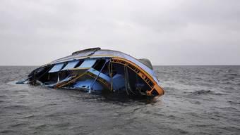 Ein verunglücktes Flüchtlingsschiff im Mittelmeer (Symbolbild)