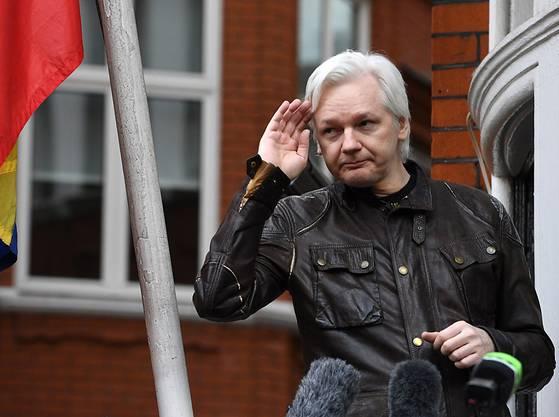 Assange spricht 2017 von einem Balkon der Botschaft von Ecuador zu den Medien.