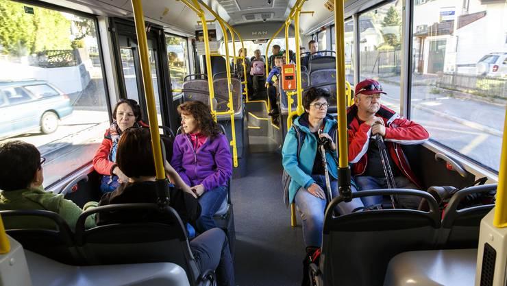 Normalerweise ist dieser Bus voller Berufstätiger und Schüler. Während der Ferien trifft man vor allem Wanderer, Rentner und Familien an.