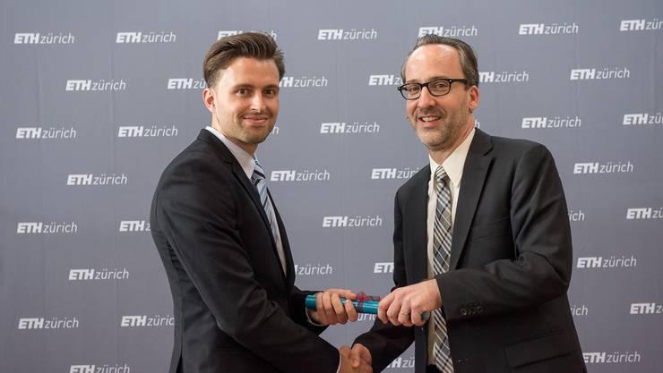 Lucas Zeugin mit Prof. Dr. David Norris, Departementsvorsteher D-MAVT, ETH Zürich
