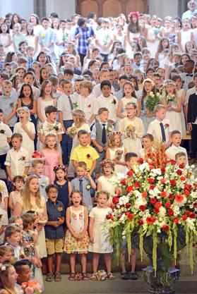 Aus vollen Kehlen sangen die gegen 1000 Schulkinder in der Stadtkirche die bekannten Kinderfestlieder wie «Hüt isch's Zofiger      Chinderfescht ...» oder «Morn gömmer i d'Ferie ...». Dazwischen lauschten sie den interessanten Worten von Festredner Sandro Burki.