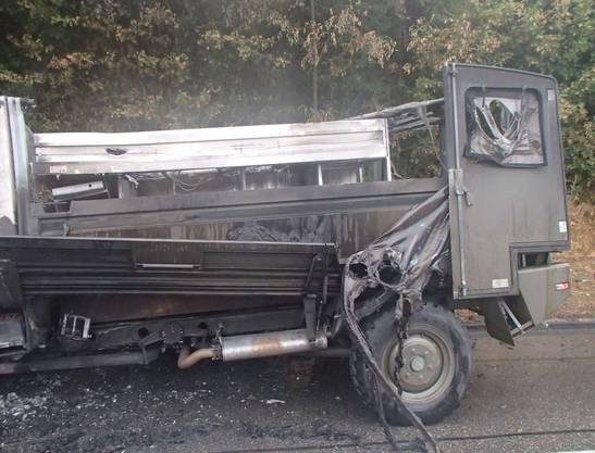 Das Armee-Fahrzeug brannte komplett aus. Personen wurden keine verletzt.