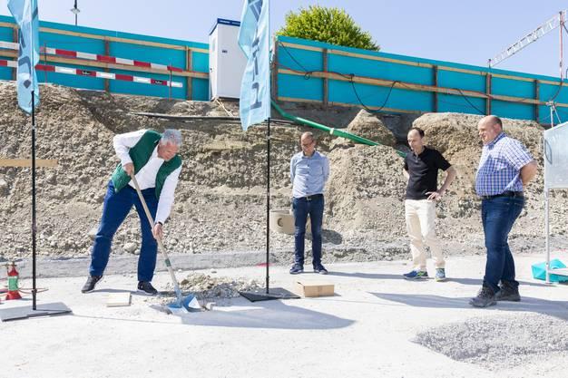 Daniel Kusio (Impact Immobilien), Daniel Aeberhard (Stiftung Töpferhaus), Marco Genoni (Gemeindepräsident Suhr) und Angelo Ballerini (Halter AG, von links).