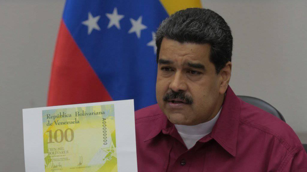 Venezuelas Präsident Nicolás Maduro präsentiert eine neue Banknote in dem von Hyperinflation geplagten Land.