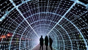 Ein futuristisch anmutender Gang durch den Lichtertunnel an der Seepromenade von Vevey VD.