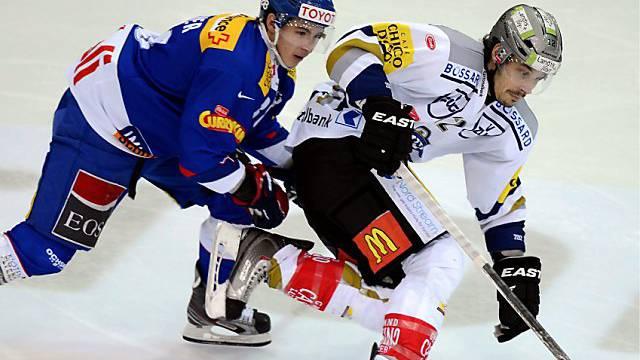 Klotens Lars Neher (links) im Kampf  gegen den Zuger Fabian Sutter.
