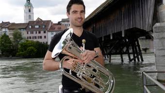 Fabian Bloch aus Wisen, der aufstrebende, erfolgreichste Eufoniumspieler der Schweiz vor der Holzbrücke in Olten.