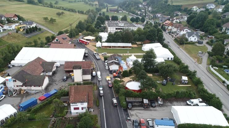 Aufbau 31. Nordwestschweizerisches Jodlerfest in Mümliswil - mit OK-Präsidentin Silvia Meister (Präsidentin NWSJV) und Kilian Bader (Gastronomie)
