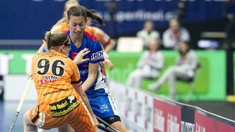 Dietlikons Matchwinnerin Andrea Gämperli (hinten) bereitet der Churerin Chiara Gredig Schwierigkeiten